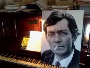 LECTURE - Portrait de Julio Córtazar en train de fumer, sur un piano