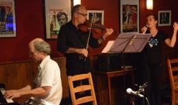 CHANT - Lors de la peña du festival Tangopostale en juillet 2014 avec Gilles Navarre au violon et Wolfgang Löbert au piano